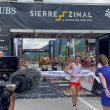 Kiian Jornet entra en la meta como ganador de Sierre-Zinal 2021, donde le espera Maude Mathys