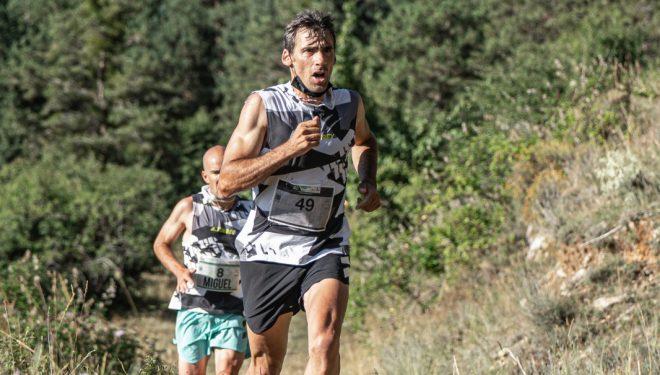 Luis Alberto Hernando en la Cursa de Vistabella 2021, perseguido por Miguel Caballero