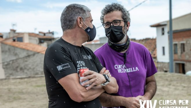Rubén Porcar con un voluntario en la Cursa per muntanya Vistabella 2021