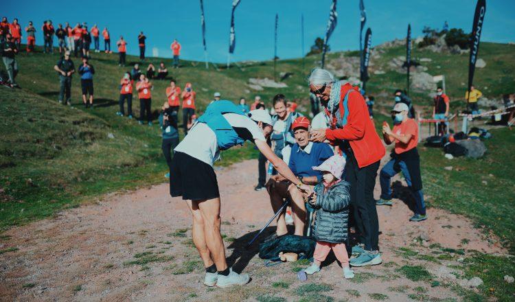 Kilian Jornet saluda a su hija Maj en Ultra Pirineu
